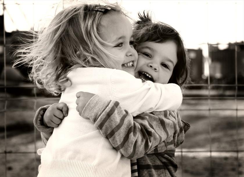 abrazo de amigas